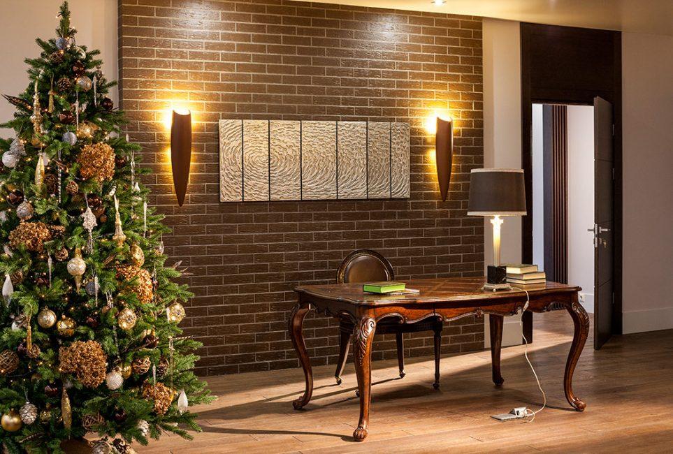 Yapay veya canlı Noel ağacı - geleneksel olarak Yılbaşı ofisinin temel unsuru