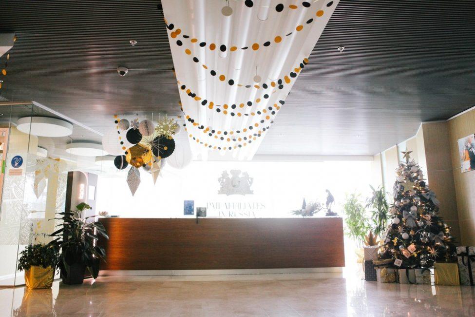Resepsiyonun dekorasyonu geleneksel ve kurumsal tarzı birleştirmektedir.