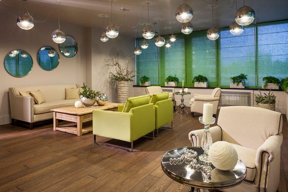 Toplantı odaları, Yılbaşı dekorunun çalışanları rahatsız etmemesi için asgari düzeyde dekore edilmiştir.