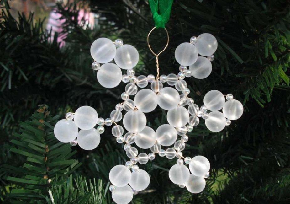 Snowflakes pada pokok Krismas - hiasan yang indah
