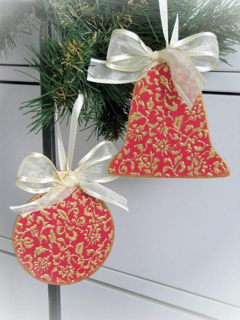 Topları ve bir tatil için çan ağacı Noel ağacı