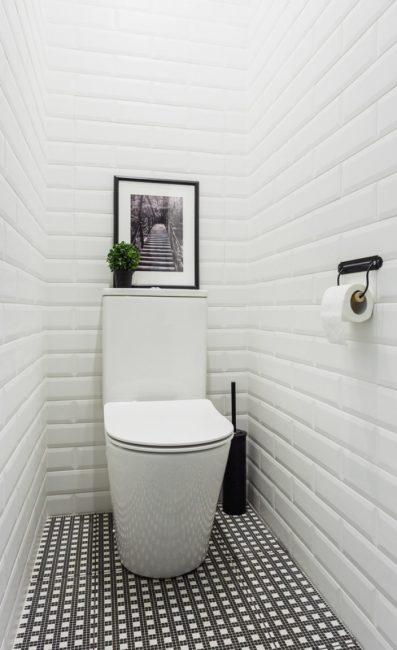 Penyelesaian yang murah dan praktikal untuk hiasan dinding di dalam tandas