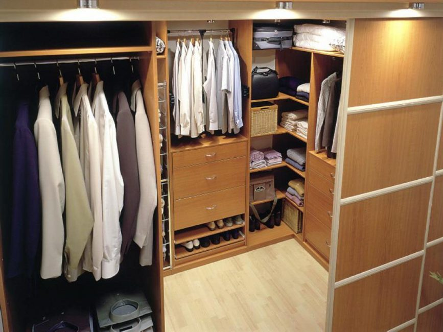 Arrange a pantry under the dressing room