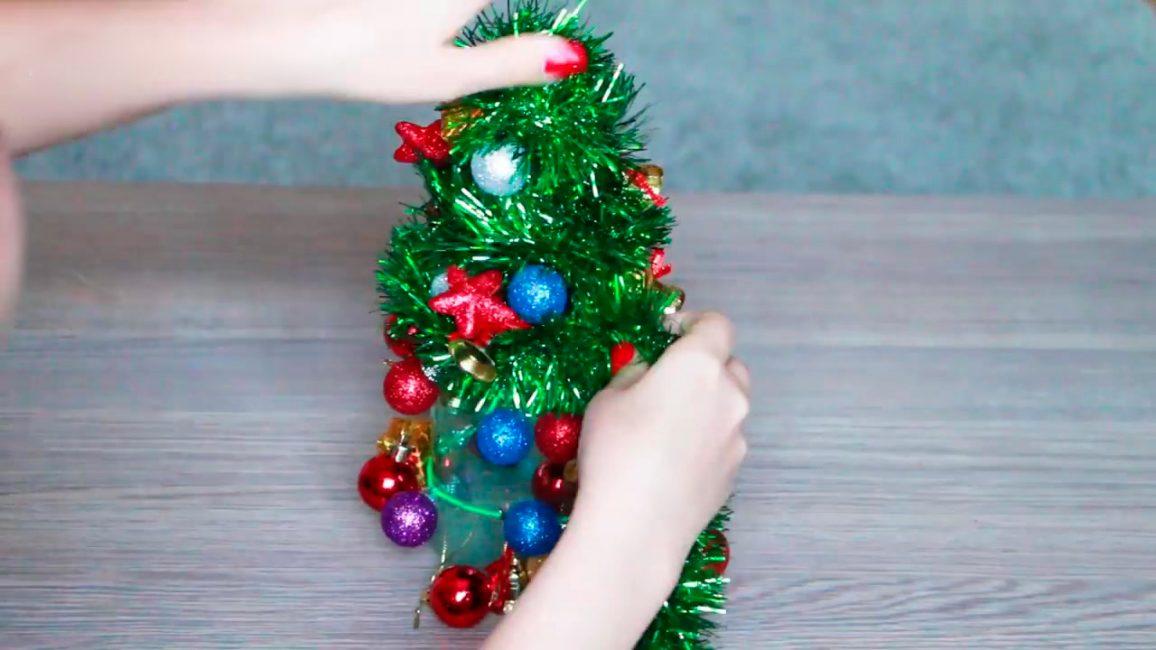 Gelin teli sarın - bunlar bizim Noel ağacımızın iğneleri.