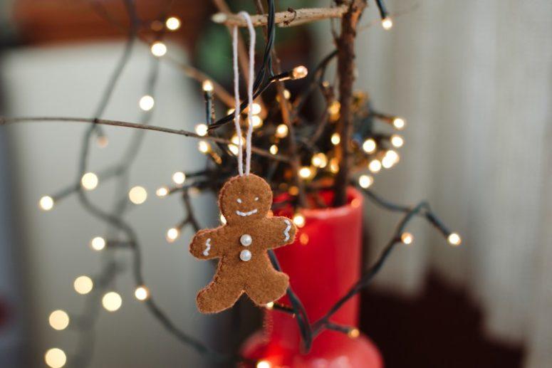 Gingerbread'ı basit beyaz dikişlerle süsleyin