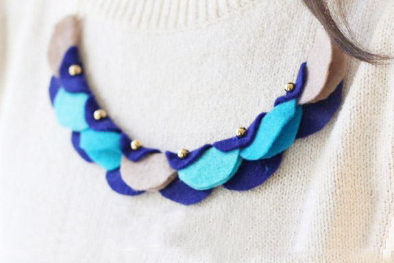 Kalung kalung akan dengan serta-merta membuat pakaian perayaan setiap hari.