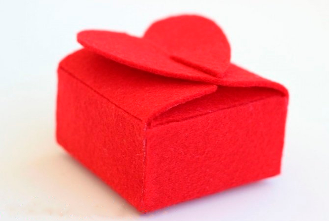 Keçe hediye kutusu yapmak için mükemmel bir seçimdir