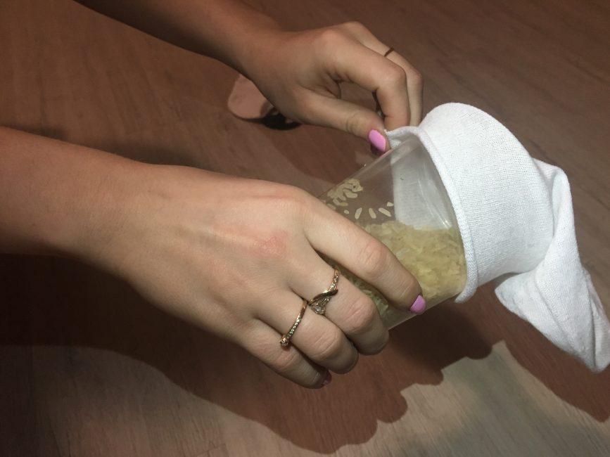 Çorabı pirinçle doldurun