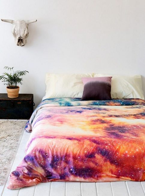 Yatak odasında iç kontrast yatak örtüsü