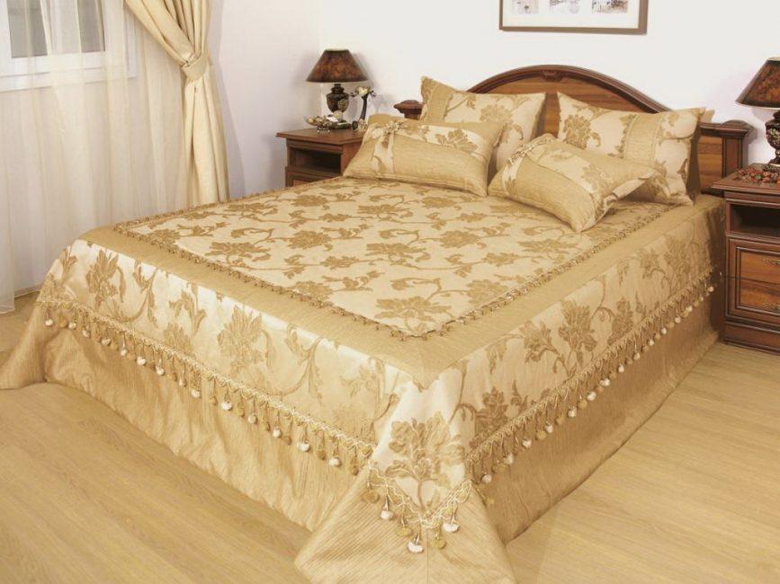 Yatak odasının iç kısmındaki uyumlu battaniye
