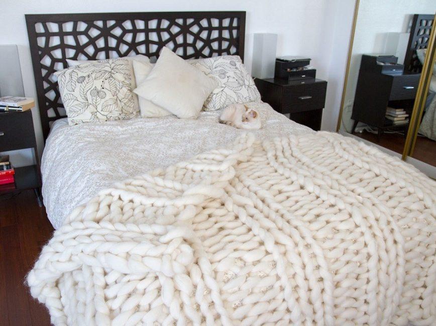 Yatak odasının içini şık bir halıyla tamamlayın.