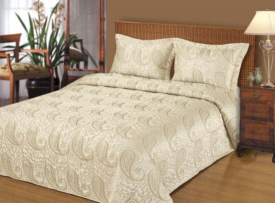 Yatak odasında klasik yatak örtüsü