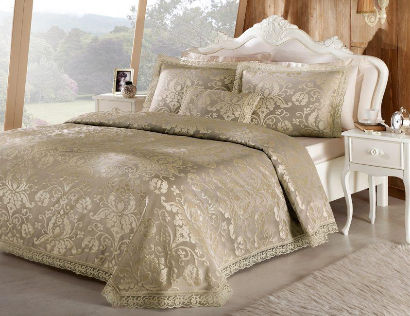 Altın iplik ile klasik yatak örtüsü