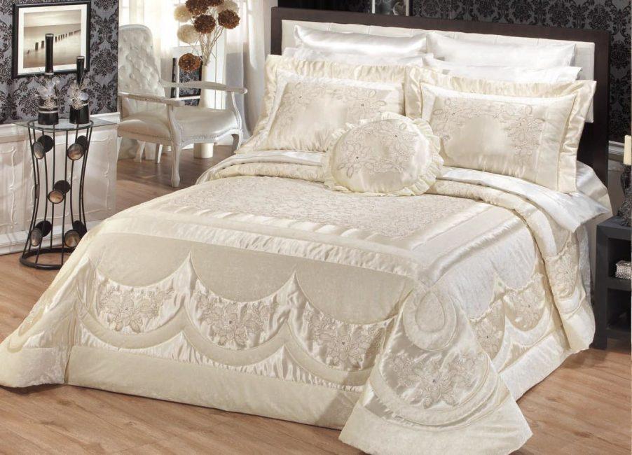 Yatak odasında yatakta hazır set