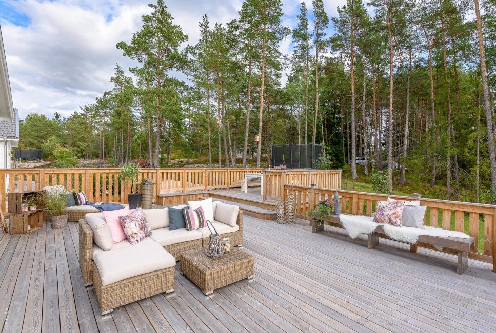 Terrasse extérieure avec vue sur la forêt