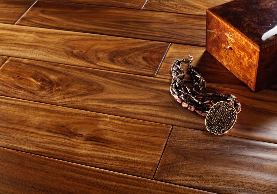Susunan kayu pepejal di lantai di rumah anda
