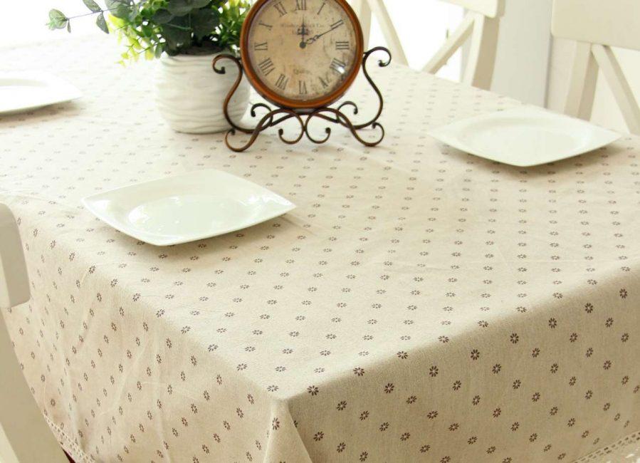 Nötr renklerden oluşan bir masa örtüsü seçin