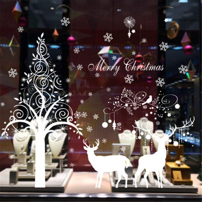 Mainan Krismas besar menduduki bahagian tengah tingkap