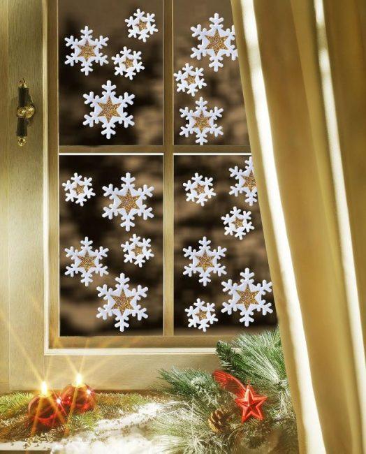 Hiasan pada tingkap adalah yang terbaik diletakkan di tengah-tengah kaca.
