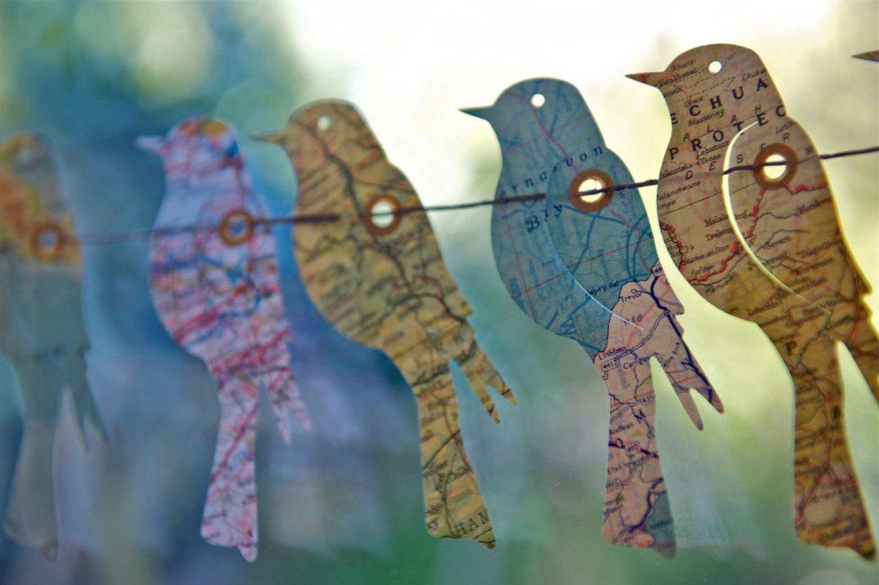 Kalung burung dibuat daripada kad bagi mereka yang mahukan banyak perjalanan pada tahun baru