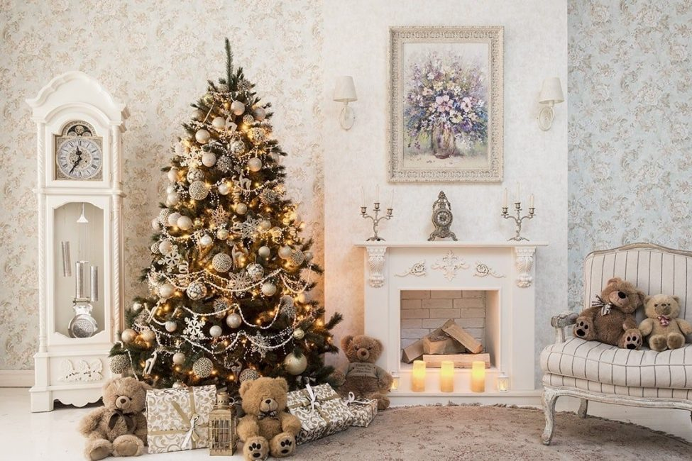 Mainan besar dan kecil dalam hiasan pokok Krismas