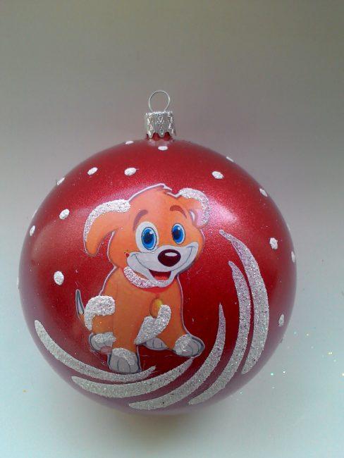 Bola merah dengan simbol tahun ini