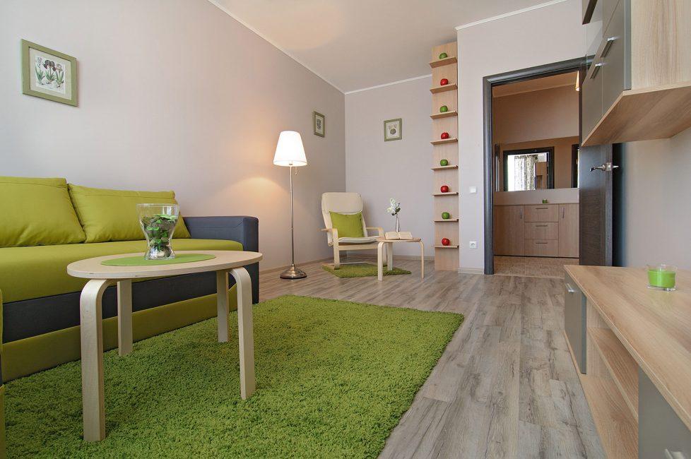 Perabot warna apa pun akan sesuai untuk dinding sedemikian.
