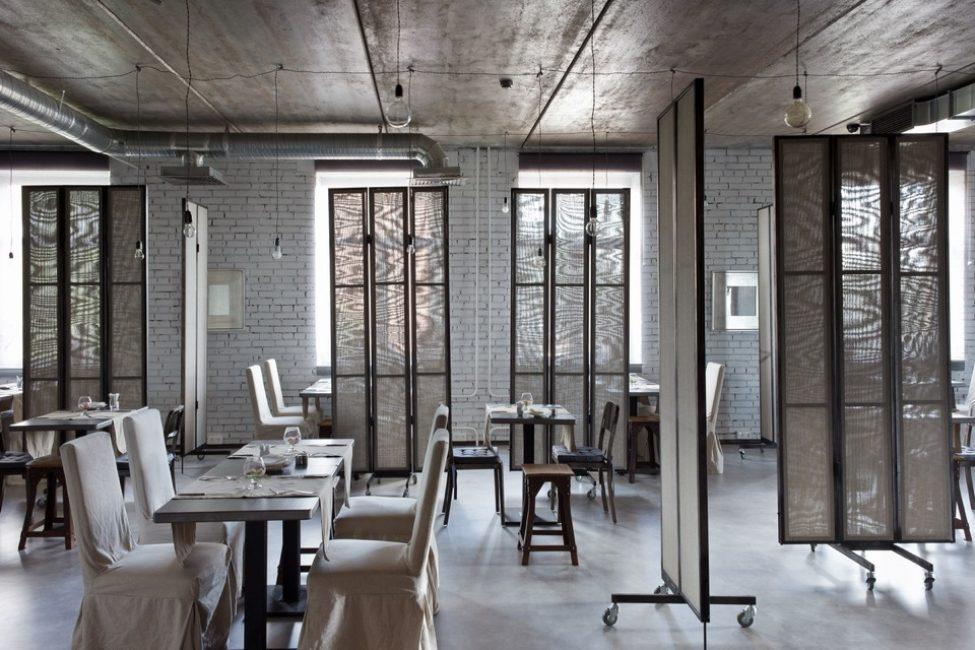 I mobili per il ristorante dovrebbero essere particolarmente resistenti