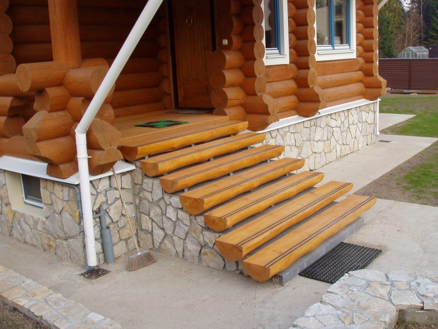 Langkah-langkah kayu boleh dibuat menggunakan kaedah yang sama sekali berbeza.