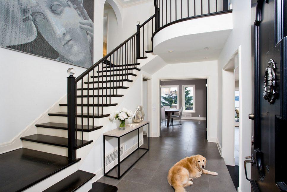 나머지 집과 분리 된 계단이있는 보헤미안 판