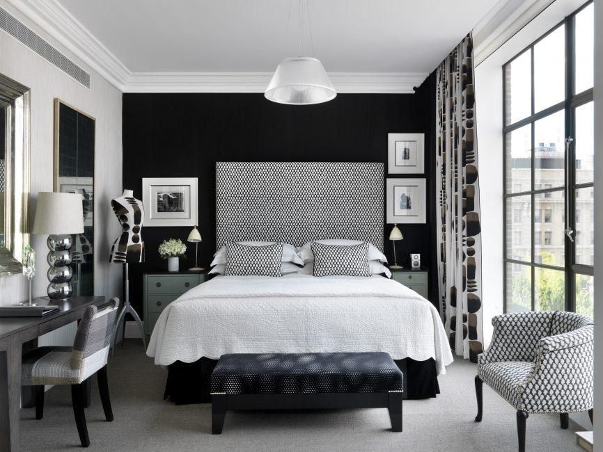 Yatak odanızdaki baskın beyaz iç mekanı seçin