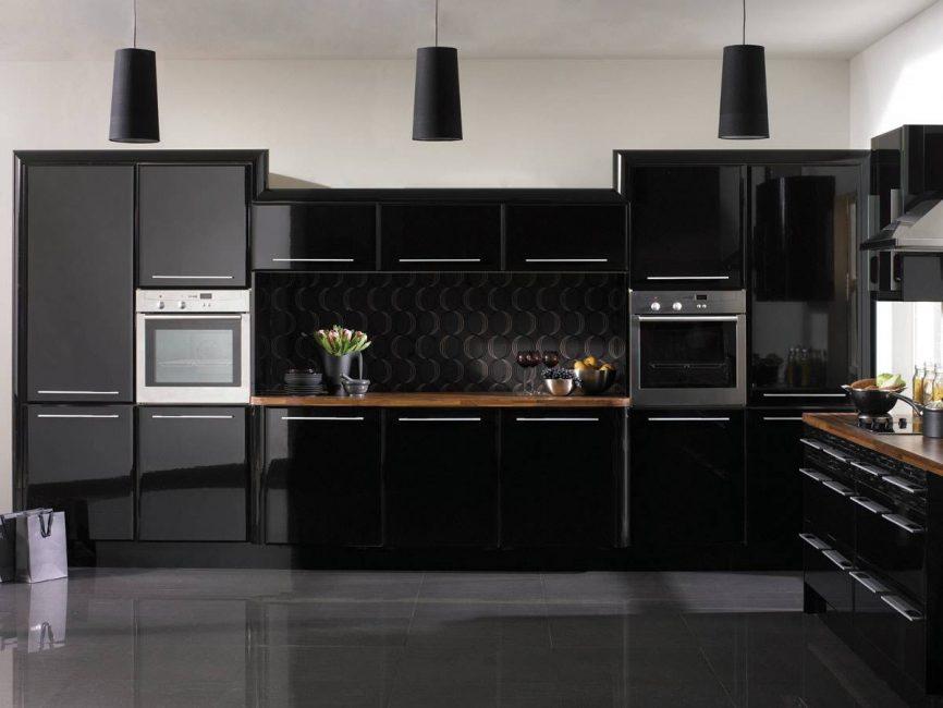 Neredeyse tüm mutfak eşyaları siyah renkte parlak görünüyor.