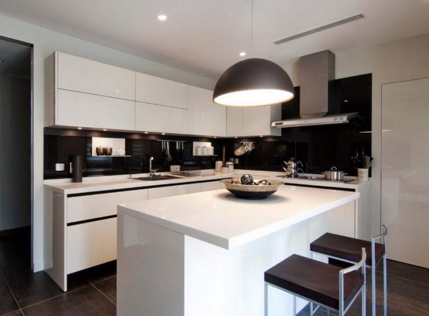 Mutfakta siyah ve beyaz şema