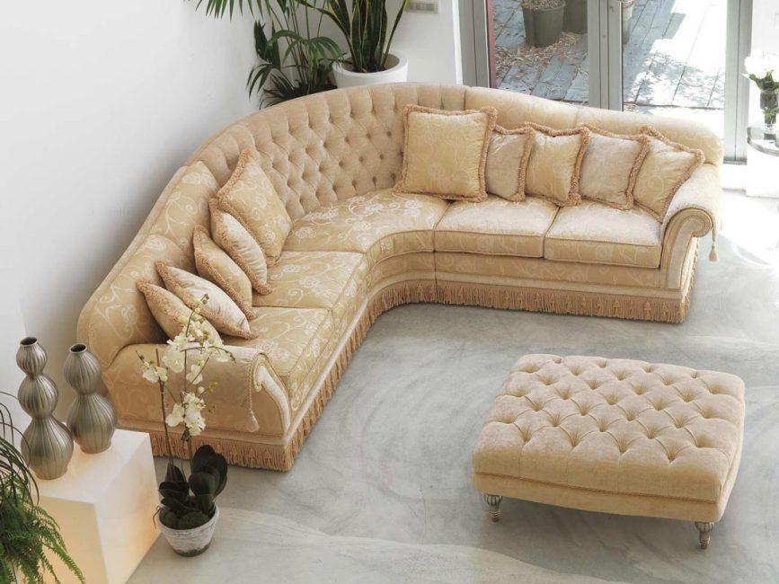 Sofa sepatutnya kelihatan bergaya dan berseri, dihias dengan kain mahal, dihiasi dengan bahan semula jadi.