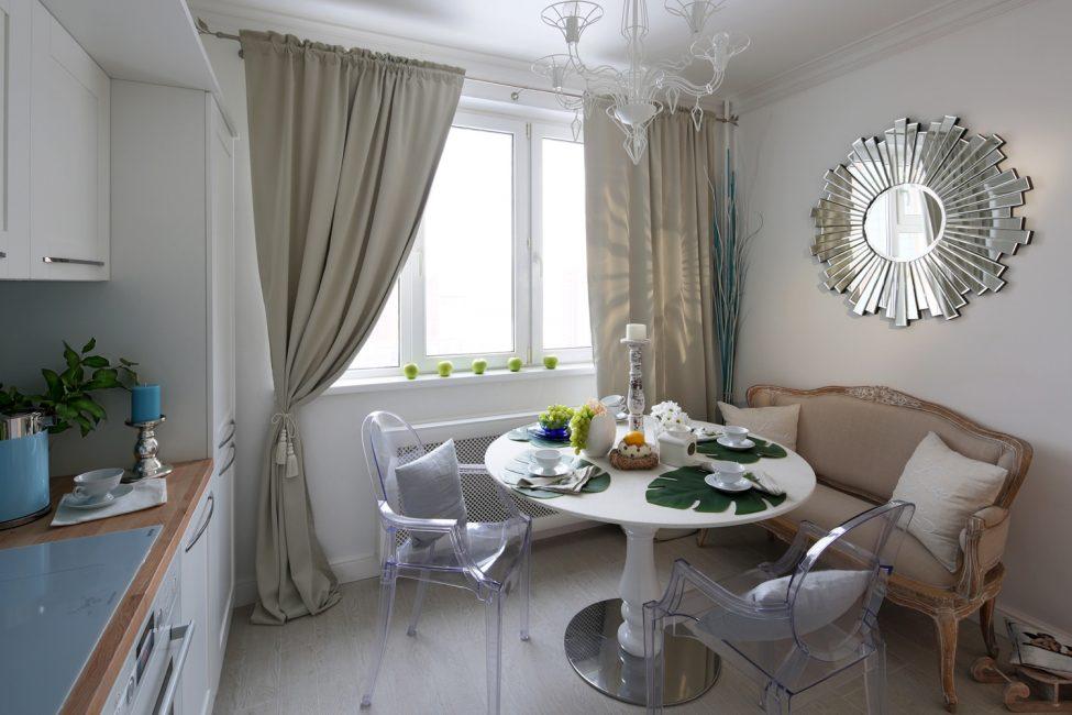 Sofa akan menambah kemudahan, kerana ia lebih selesa daripada kerusi dan najis dapur