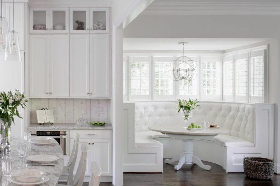 Bentuk separa bulat sofa yang asli boleh dipilih untuk bilik dapur saiz sederhana dan besar.