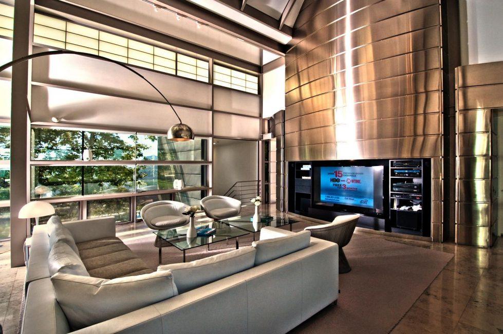 Il soggiorno nello stile di alta tecnologia si distingue facilmente dal soggiorno, decorato in qualsiasi altro stile.