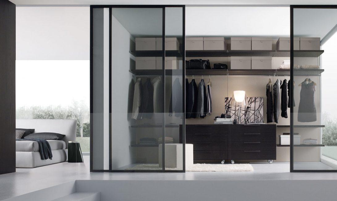 Pintu-pintu ini membantu menyimpan pesanan dalam almari pakaian