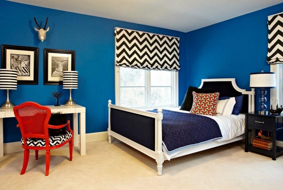 Geniş odaların duvarlarını süslemek için maviyi seçmemelisiniz.