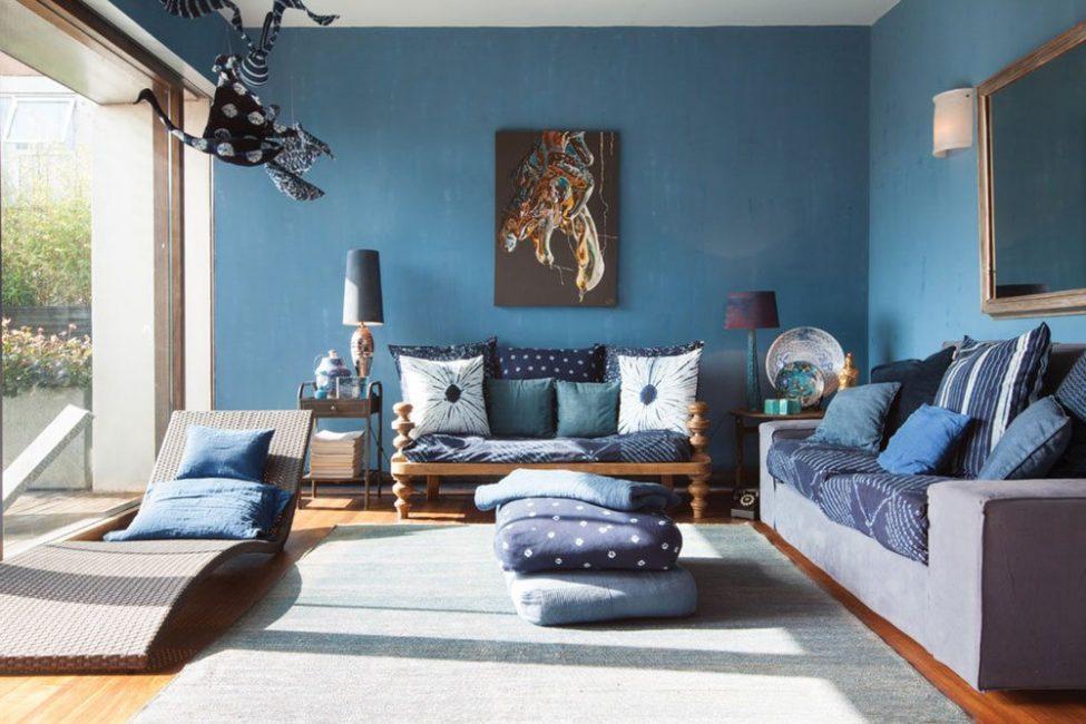 Oturma odasının ciddiyeti için genellikle koyu mavi gölgeler kullanılır.