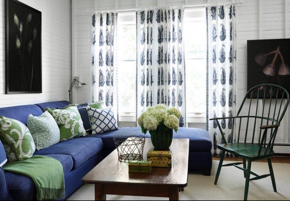 Mavi koltuk, klasik ve modern çeşitler gibi stillere mükemmel uyum sağlar.