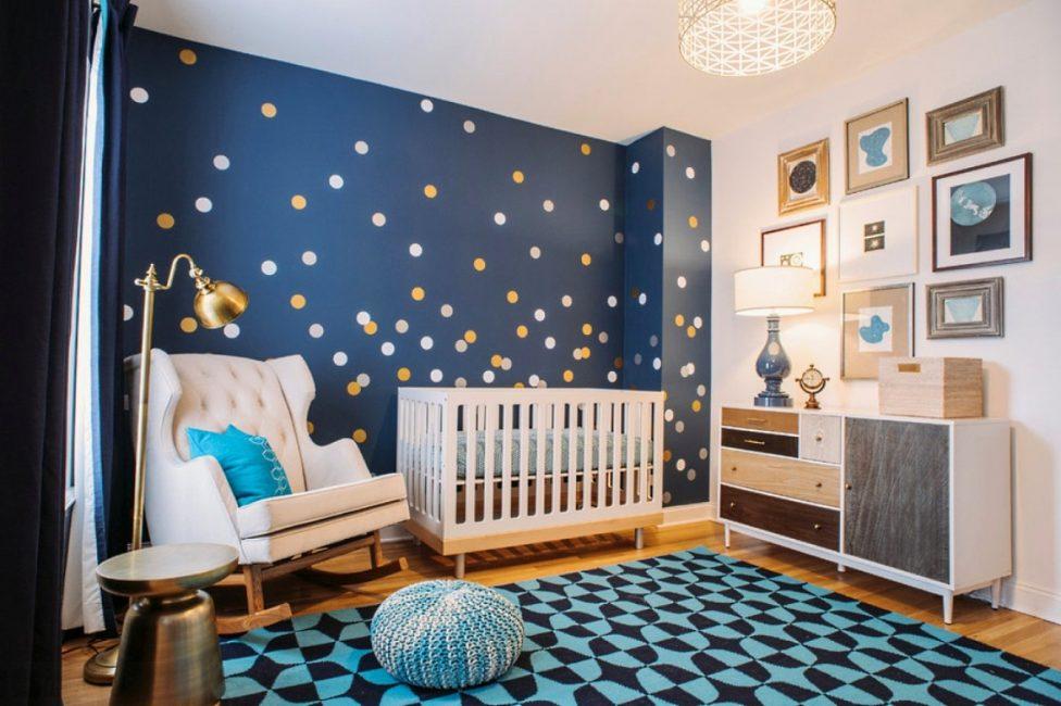Ana beyaz, sarı, kahverengi ve bej renklerle birlikte kullanılan mavi halılarla uyumlu bir görünüm kazanın
