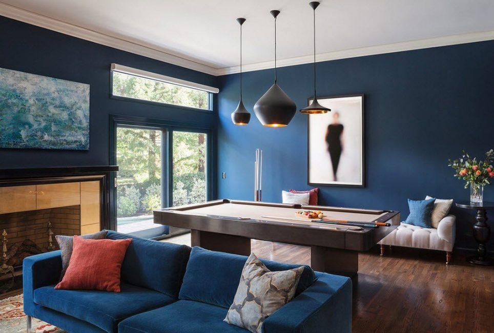 Doğal malzeme renkleri, mavi renklerin çoğuyla mükemmel uyum sağlar.