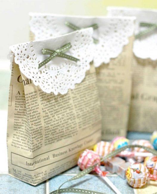 Daha neşeli hale getirmek için bir hediye çantası dantel peçeteyle süslenebilir.