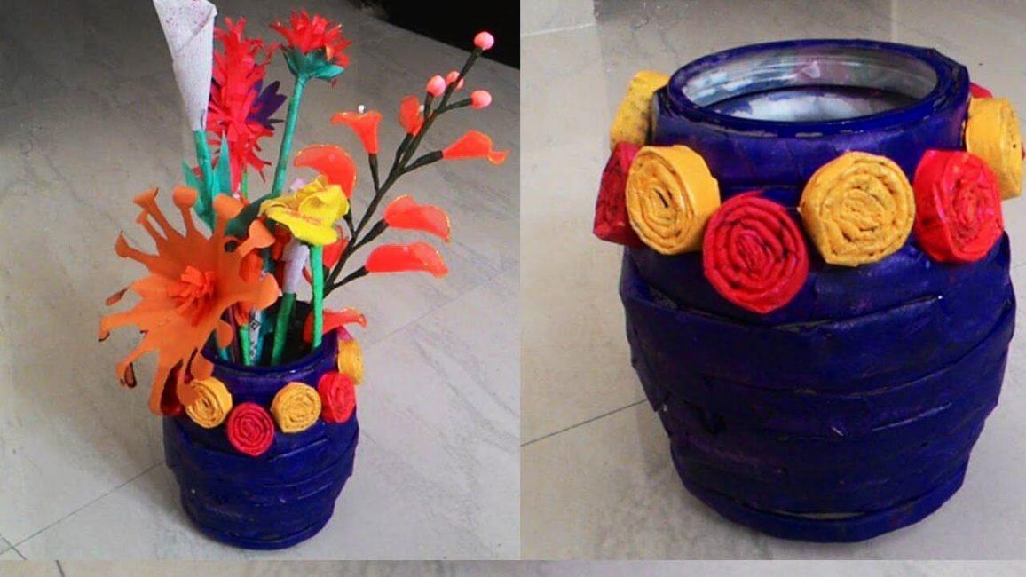 Çiçeklerle süslenmiş mavi bir vazo, şifonyerinizi süsleyecek