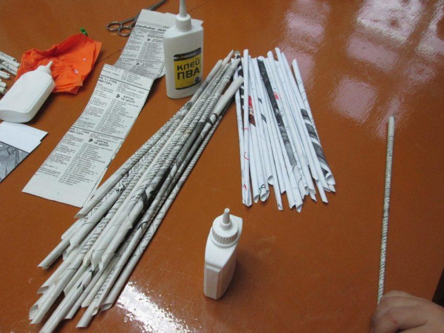 En uygun yol, bir kağıdın bir kurşun kalem üzerine sarılmasıyla katlanmasıdır.