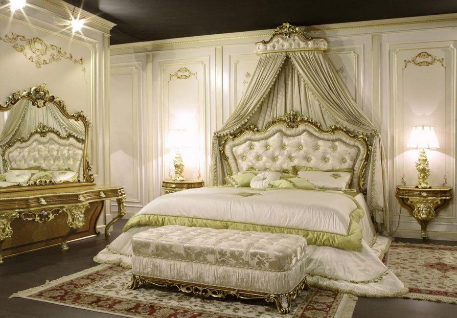 Katil besar dengan kepala katil lembut