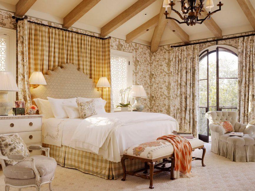 Tempat tidur besar di dalam bilik dalaman