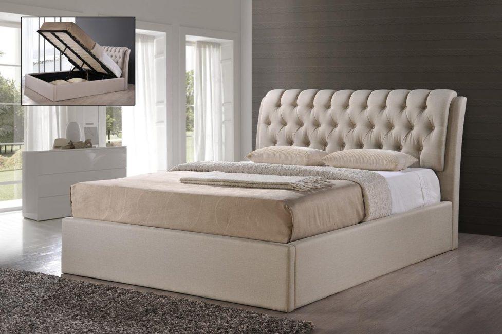 Karanlık bir yatak odasında hafif mobilyalar orijinal görünüyor.