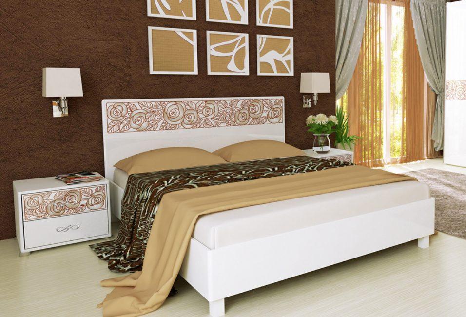 Karanlık-karanlık bir duvarın arka planı çiçek dekorasyonu ile beyaz yatak